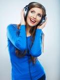 Lyssnande musik för flicka som isoleras på vit bakgrund Kvinnlig isolerad modellstudio Royaltyfria Bilder