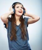 Lyssnande musik för flicka som isoleras på vit bakgrund Kvinnlig isolerad modellstudio Royaltyfri Fotografi