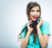 Lyssnande musik för flicka som isoleras på vit bakgrund Kvinnlig isolerad modellstudio Arkivfoton