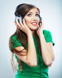 Lyssnande musik för flicka som isoleras på vit bakgrund Kvinnlig isolerad modellstudio Royaltyfri Bild