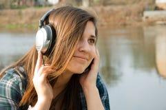 lyssnande musik för flicka till Royaltyfria Bilder