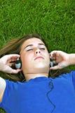 lyssnande musik för flicka till Royaltyfri Bild