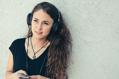 lyssnande musik för flicka till barn Arkivfoton