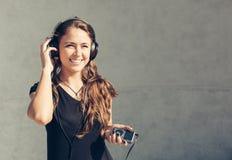 lyssnande musik för flicka till barn Royaltyfri Fotografi