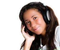 lyssnande musik för flickahörlurar som är tonårs- till royaltyfria foton