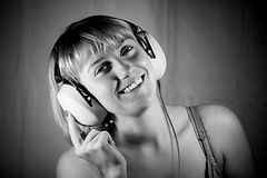 lyssnande musik för flickahörlurar till Arkivfoto