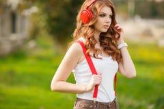 lyssnande musik för härlig hörlurar till kvinnan Royaltyfria Foton