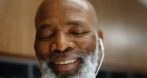 Lyssnande musik för hög manlig ledare på hörlurar 4k lager videofilmer