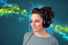 lyssnande musik för hörlurar till kvinnabarn Arkivfoton