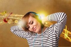 lyssnande musik för hörlurar till kvinnabarn Royaltyfria Bilder