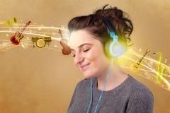 lyssnande musik för hörlurar till kvinnabarn Royaltyfria Foton