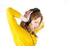lyssnande musik för hörlurar till kvinnan Arkivfoto