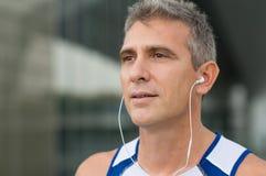 Lyssnande musik för Jogger royaltyfri fotografi