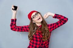 Lyssnande musik för kvinna, i hörlurar och att dansa Royaltyfri Foto