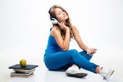 Lyssnande musik för kvinna på smartphonen fotografering för bildbyråer