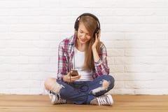 lyssnande musik för kvinnlig till royaltyfria foton