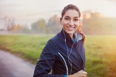 Lyssnande musik för löpare Arkivfoton
