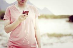 Lyssnande musik för livsstil som tycker om semester Arkivfoto