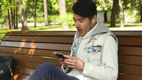 Lyssnande musik för lycklig manstudent stock video