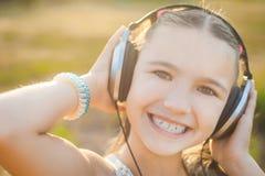 Lyssnande musik för lyckligt barn med hörlurar Royaltyfria Bilder