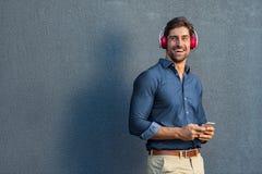 Lyssnande musik för man med trådlös hörlurar royaltyfri fotografi