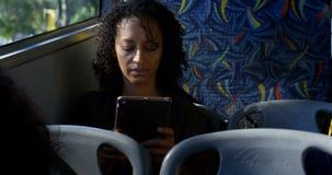 Lyssnande musik för manlig pendlare på hörlurar, medan resa i bussen 4k stock video