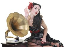 Lyssnande musik för nätt flicka på den gammala grammofonen Royaltyfri Bild