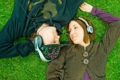 lyssnande musik för par Arkivfoto