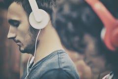 lyssnande musik för par till Royaltyfri Fotografi