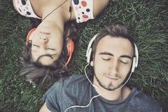 lyssnande musik för par till Royaltyfria Bilder