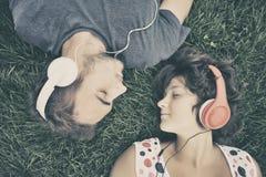 lyssnande musik för par till Arkivbild