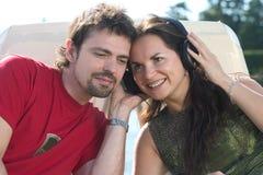 lyssnande musik för par till royaltyfri bild
