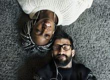 lyssnande musik för par till tillsammans Fotografering för Bildbyråer