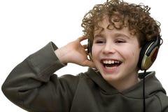 lyssnande musik för pojke till Arkivbild