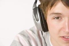 lyssnande musik för pojkehörlurar som är tonårs- till arkivbild