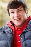 lyssnande musik för pojkehörlurar som är tonårs- till slitage Fotografering för Bildbyråer