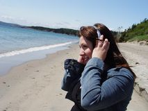 lyssnande musik för strand till royaltyfria bilder
