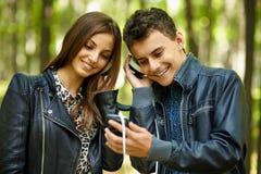 Lyssnande musik för tonåringar fotografering för bildbyråer