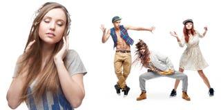 Lyssnande musik för ung kvinna och grupp av dansare på bakgrund Arkivfoton