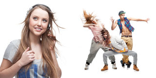 Lyssnande musik för ung kvinna och grupp av dansare på bakgrund Royaltyfria Foton