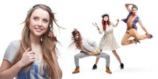 Lyssnande musik för ung kvinna och grupp av dansare på bakgrund Arkivbild