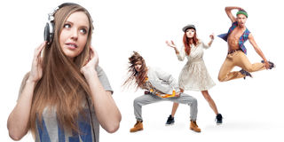 Lyssnande musik för ung kvinna och grupp av dansare på bakgrund Fotografering för Bildbyråer