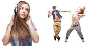 Lyssnande musik för ung kvinna och två dansare på bakgrund Royaltyfri Fotografi