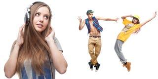 Lyssnande musik för ung kvinna och två dansare på bakgrund Arkivfoto