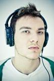 Lyssnande musik för ung man Royaltyfri Fotografi