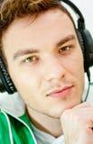 Lyssnande musik för ung man Royaltyfri Bild