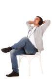 Lyssnande musik för ung stilig man royaltyfri foto