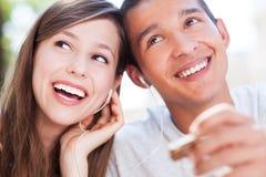 Lyssnande musik för unga par tillsammans Royaltyfri Fotografi