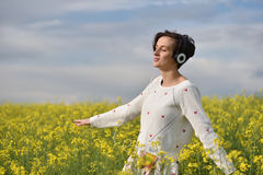 Lyssnande musik för emotionell och lycklig kvinna i hörlurar I Arkivfoton