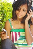 lyssnande musik för mobiltelefon Royaltyfria Foton